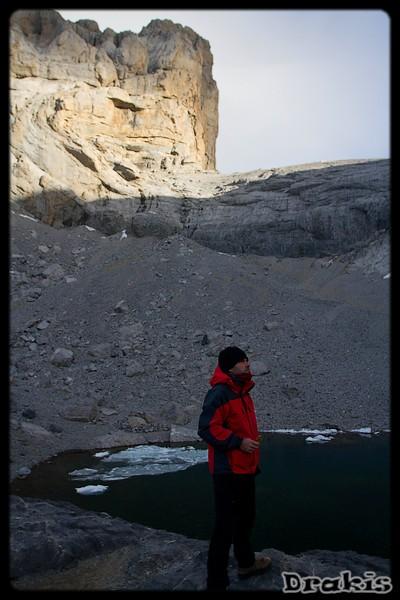 Pedro junto al Lago helado y el Cilindro al fondo